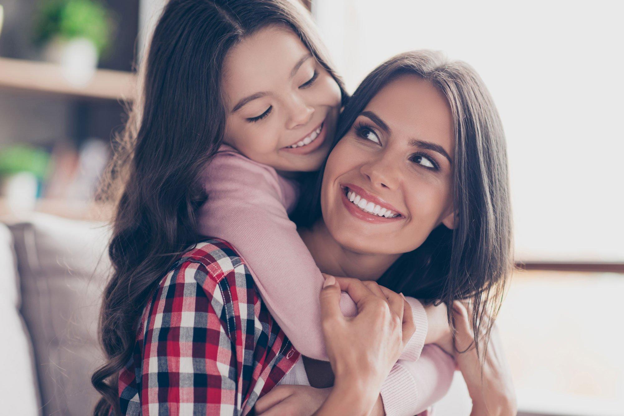 Mãe e filha abraçadas. Afeto.
