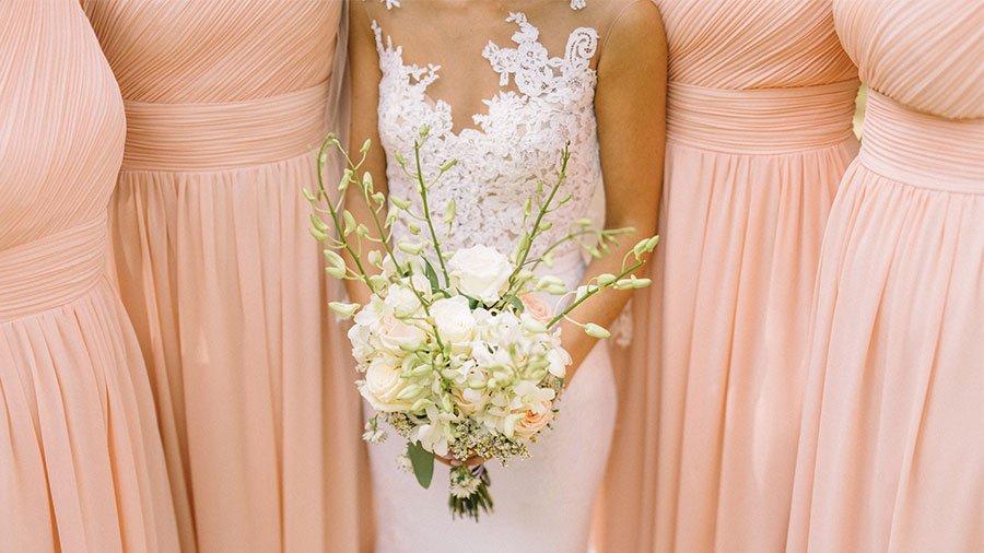 """01ad99f78b Uma das formas mais fáceis de acertar e combinar diferentes vestidos de  madrinha é esta   a noiva seleciona uma cor ou """"a cor"""" e cada madrinha  escolhe seu ..."""