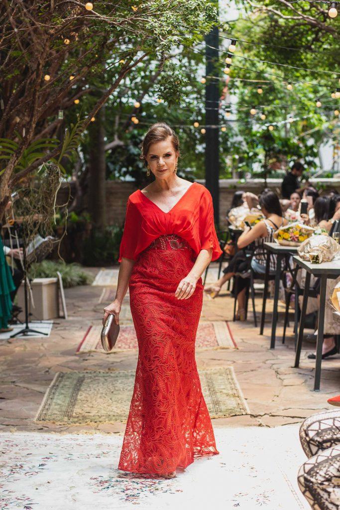 Vestido de mãe de noiva vermelho com cinto bordado para mãe da noiva