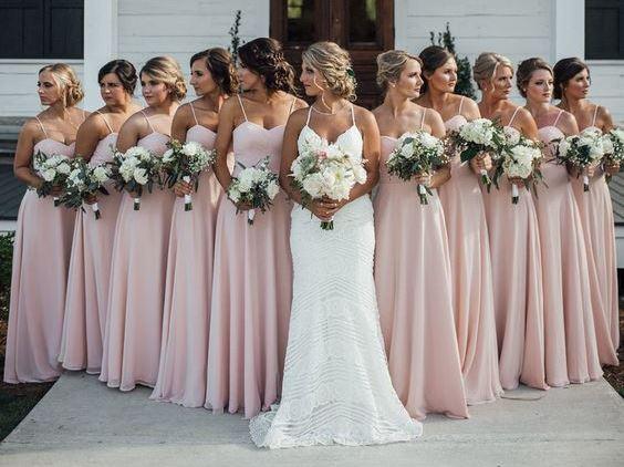 Madrinhas usando a mesma cor e modelo de vestido.