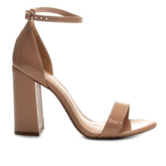 A sandália de salto grosso nude é perfeita para quando você não quer chamar muita atenção para os pés e escolhe por acessórios mais discretos.