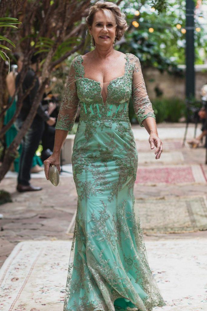 Vestido Arthur Calimam para mãe da noiva com transparência no busto e manga, renda e bordados à mão.