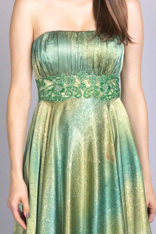 Detalhe do bordado feito a mão no vestido de festa amie