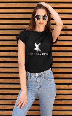 Camiseta feminina preta estampada em branco T1