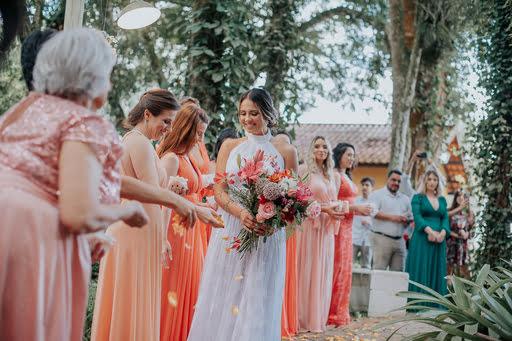 noiva-em-seu-casamento-com-suas-madrinhas
